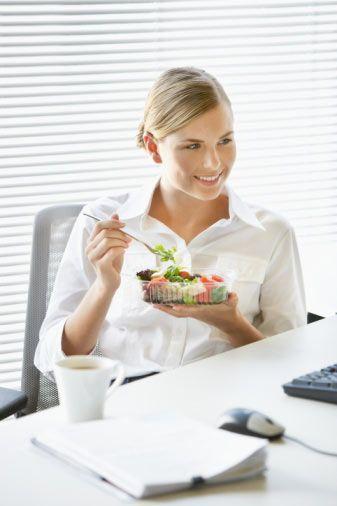 3. Gün:  Kahvaltı: Şekersiz limonlu ıhlamur, 1 adet yağsız tost ve salata. Saat 10'da: 100 gram meyve. Öğle: 3 adet sosis ızgara, ½ haşlanmış patates ve salata. Saat 16'da: 100 gram meyve. Akşam: Balık (hazırlanışı serbest), 2 parça kibrit kutusu büyüklüğünde helva,  salata.